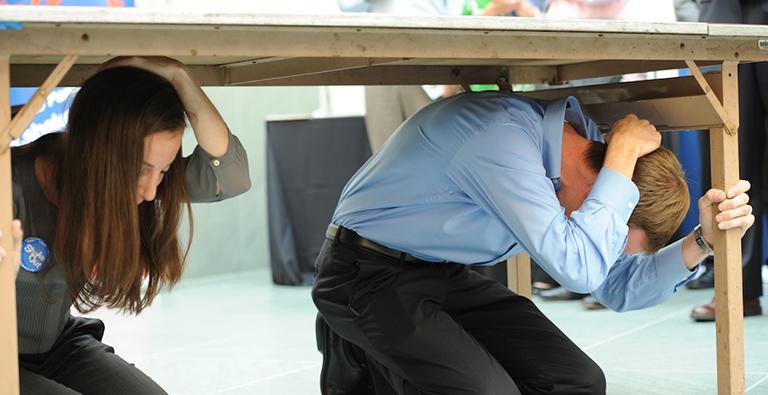 Ponerse bajo la mesa en caso de terremoto en torrevieja