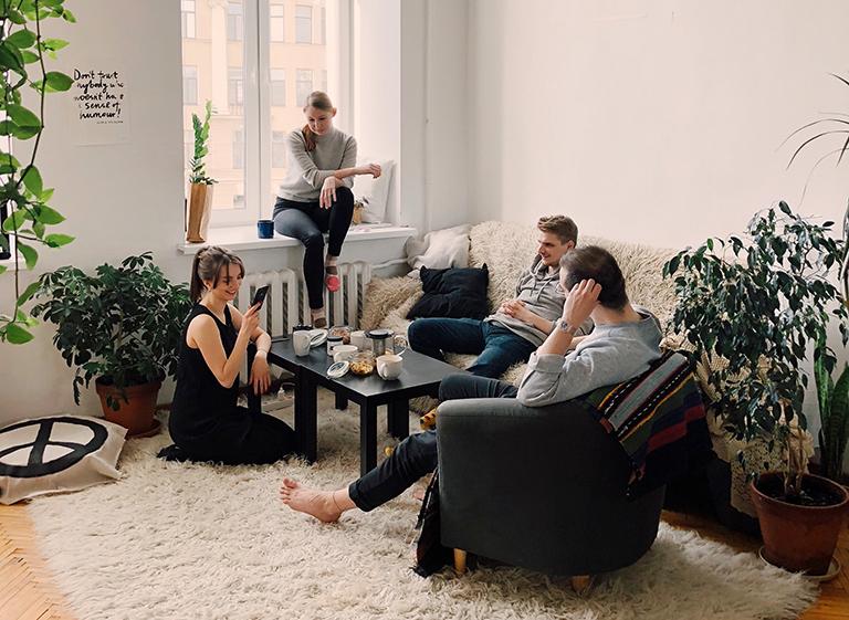 Nuevo hogar en torrevieja. amigos en un salón.