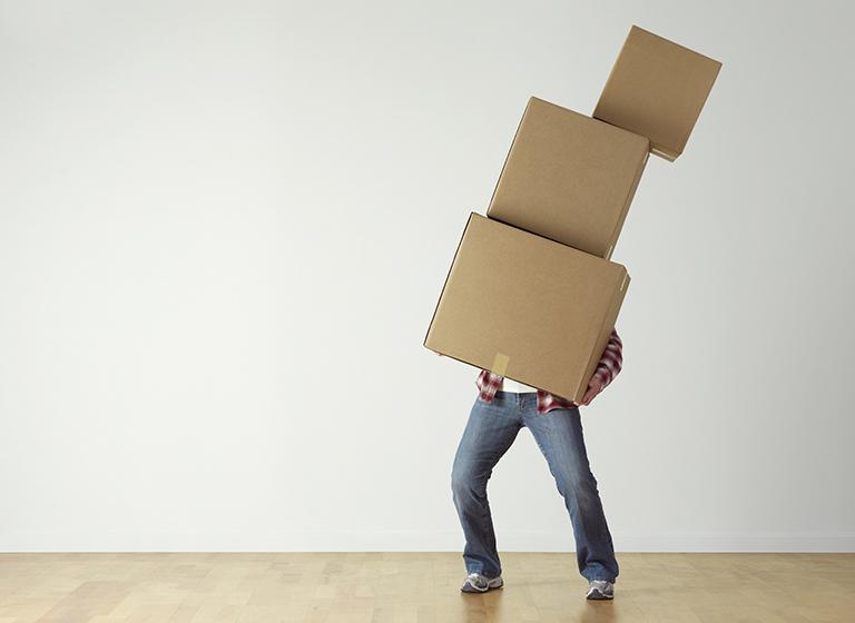 Organiza tu mudanza en Torrevieja. Hombre sosteniendo cajas.