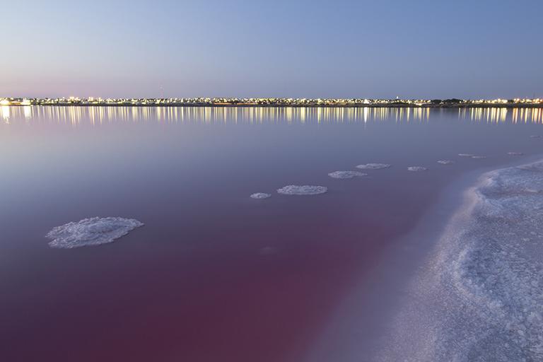 Foto nocturna de la laguna de Torrevieja.