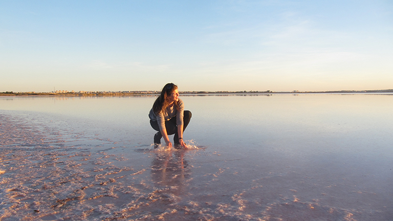 Mujer en la laguna Rosa de Torrevieja.