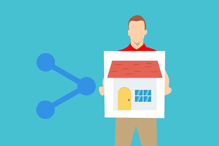 Hombre con cartel y símbolo de compartir para vender la casa sin inmobiliaria.