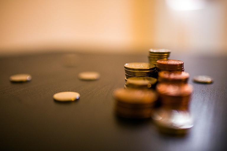Monedas en mesa. Precio de un piso piloto