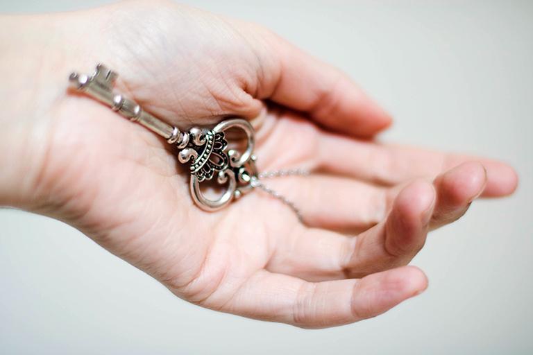 Mano sujetando llave. Ventajas de trabajar con exclusividad.