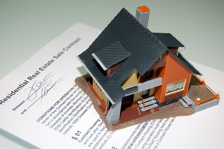 Casa sobre contrato. House on top of a contract. Selling vs. renting your house. Vender o alquilar tu casa.