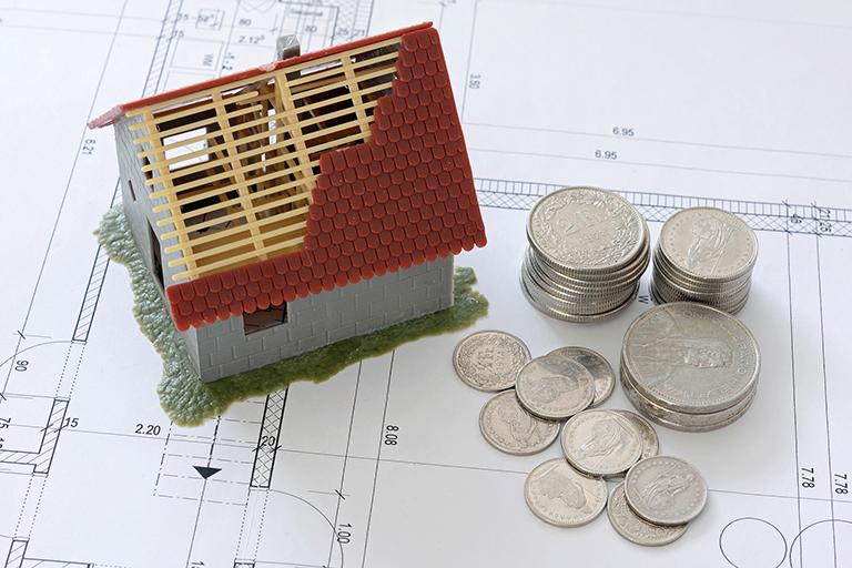 Casa pequeña con monedas. Saber si estas preparado para comprar una casa.