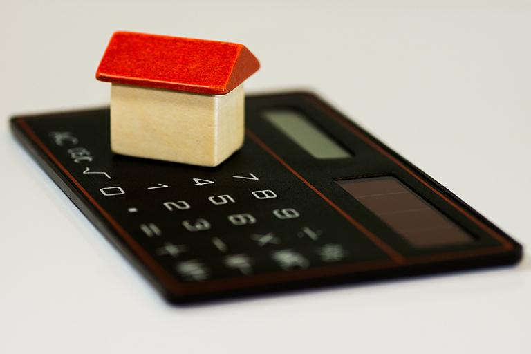 Casa de juguete con calculadora. Puedes permitirte una casa
