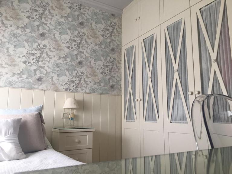 Dormitorio tonos fríos. Decora tu casa en Torrevieja.