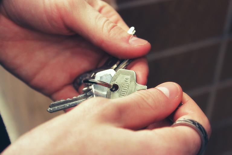 Persona sujetando llaves. Alquilar o vender en Torrevieja. Person holding keys. Sellling or renting in Torrevieja.