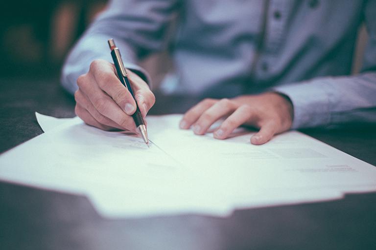Persona escribiendo. Person writing.