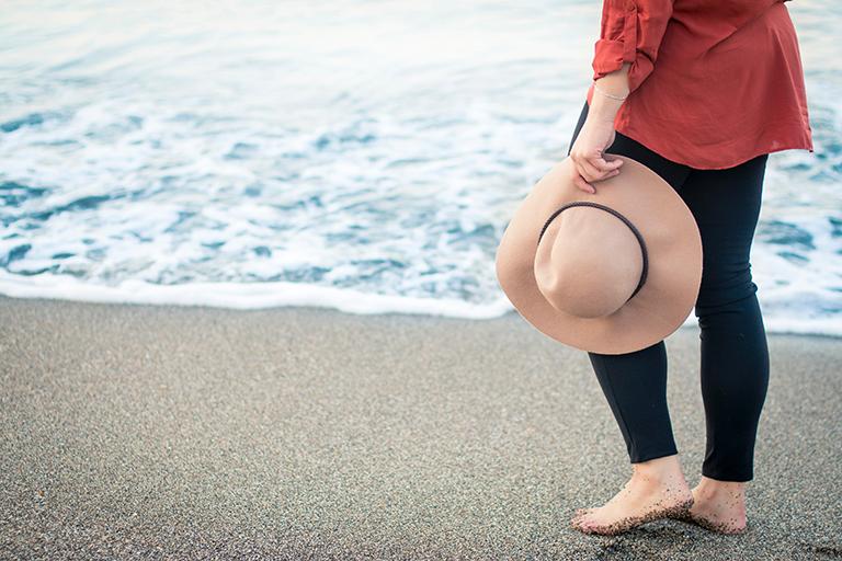 Mujer paseando en la playa en Torrevieja