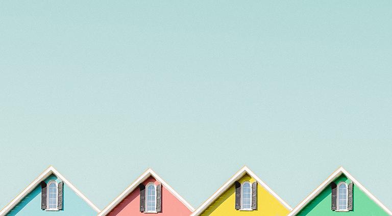 Casas de distintos colores. Impuestos cuando eres propietario de una vivienda en Costa Blanca